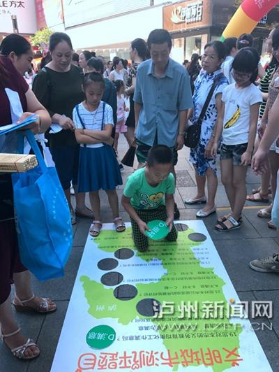 市民在宣传点参加创文趣味游戏。 记者 朱虹 摄