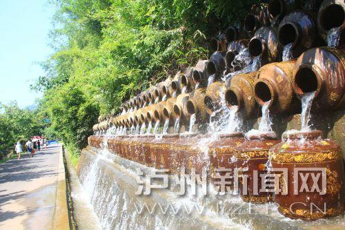 花田酒地景區酒壇倒出了水的靈動。